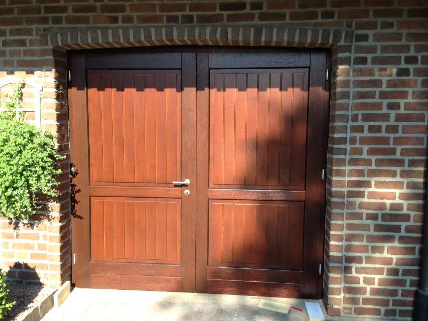 Garagentore aus Holz in Haustürenoptik